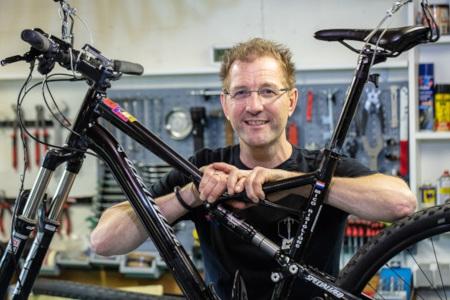 M Bike Fiets Service Doetinchem: Mico repareert een fiets